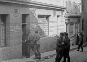 Немецкие солдаты у входа в бордель, открытый в синагоге во французском Бресте