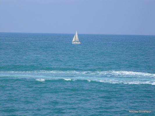 Белеет парус одинокий,в тумане моря голубом...
